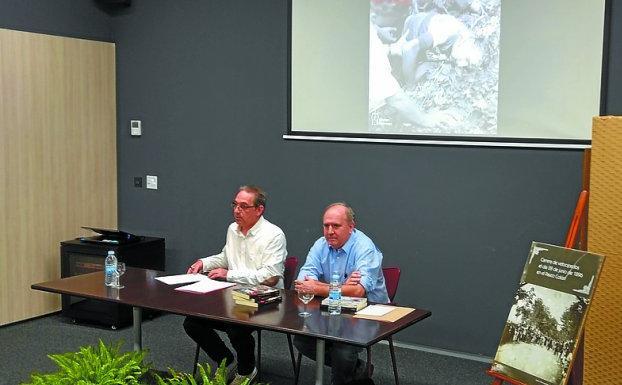 En el CBA. Proko Gómez y Miguel Usabiaga durante el acto de presentación de la nopvela de este último en Irun.