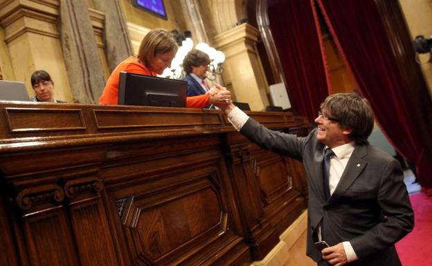 Puigdemont saluda a Forcadell.
