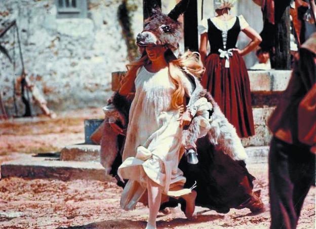 Clásico francés. Catherine Deneuve, en una escena de la película, vistiendo la piel del asno mágico. /