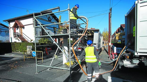 Sin zanjas. Operarios de Servicios de Txingudi trabajan en la renovación del colector de la calle Infanta Eulalia. /  FOTOS F. DE LA HERA