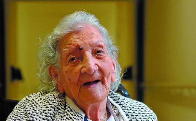 María Teresa tiene cientos de recuerdos, tantos como años acaba de cumplir./F. DE LA HERA