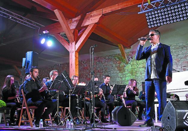 Serafín Zubiri, en uno de los conciertos 'Recordando a Nino Bravo'./