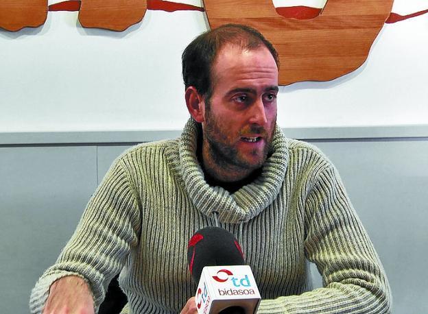 Iker Eizagirre, de Hiritik At, explicó los detalles de la iniciativa./