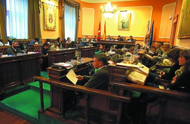 Un momento del Pleno municipal en el que se aprobaron las cuentas                                 para 2018. /  F. DE LA HERA