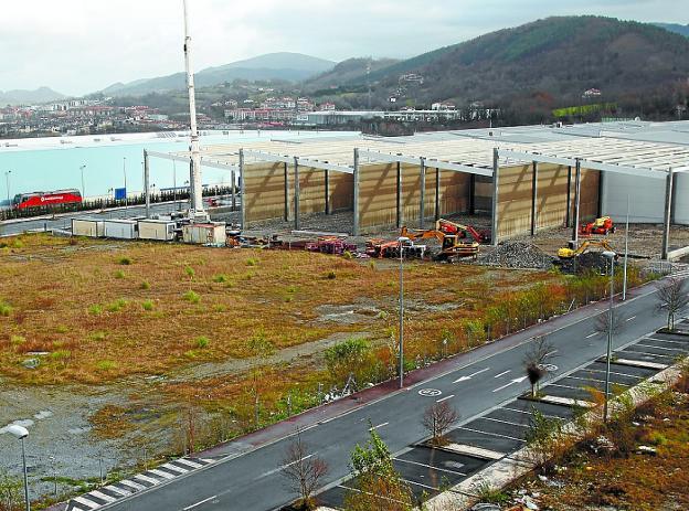 Vista actual de los nuevos pabellones que se están construyendo en Araso. /  F. DE LA HERA
