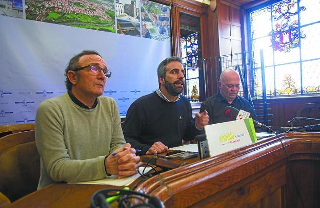 Plaiaundi. Díez, Melida y Berasategi expresaron el enfado de Bildu con la gestión del Gobierno. / F. DE LA HERA