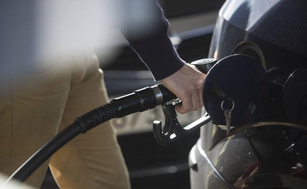 Un conductor reposta en una gasolinera./F. de la Hera