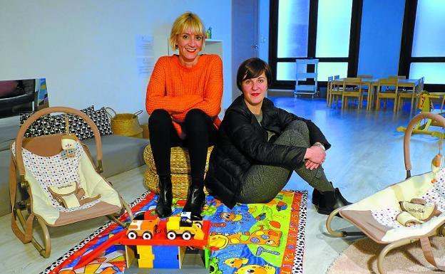 Laura Riaño y Aiala Aguesse, en la sala de juegos del espacio Kometa eta Sagutxoa. / F. DE LA HERA