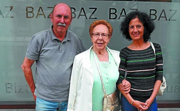 Familiares. Juan Ramón Garai y Miren Bengoa, nietos de Juane, junto con su tía e hija del difunto, Libe Bengoa Eraña. / DV