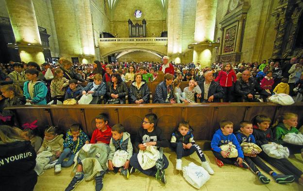 No quedó ni un hueco libre en la iglesia del Juncal; las primeras filas estuvieron ocupadas por los más pequeños. /  FOTOS F. DE LA HERA