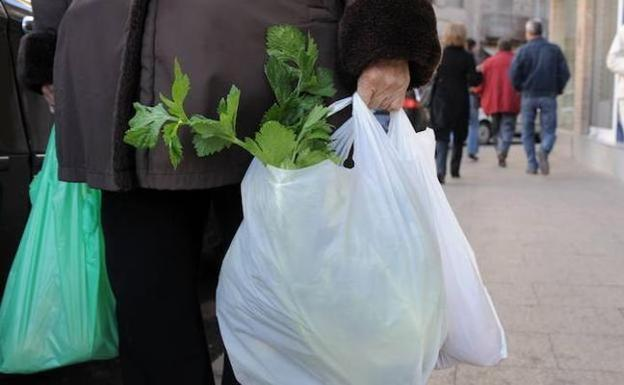 Las bolsas de plástico se pagan desde este domingo en toda España