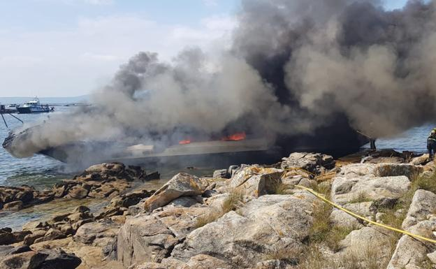 Arde un catamarán frente a La Toja con 52 personas a bordo