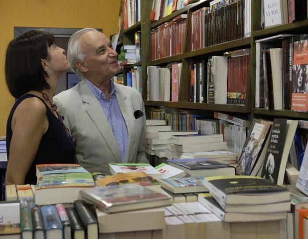 El editor y la traductora de 'Cantus', entre libros. José y Amelia, en Donosti, en la plaza Bilbao. / USOZ