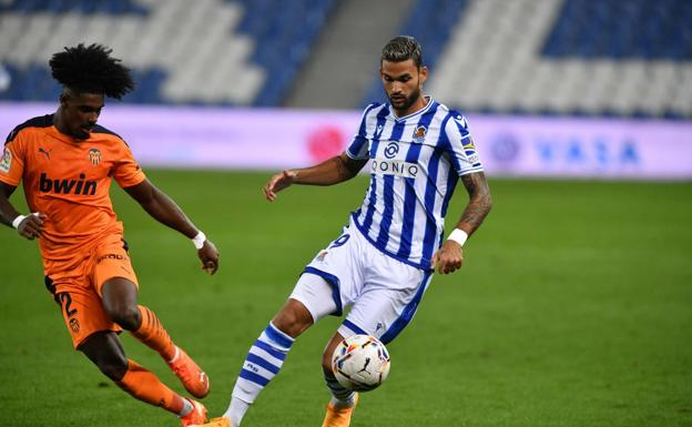 Willian José plays the ball against Thierry Correia in last season's Reale Arena match.