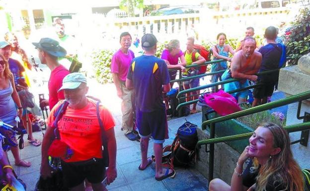 Cada tarde se forman colas de peregrinos para entrar al albergue Ebro Etxea :: Albergues del Camino de Santiago