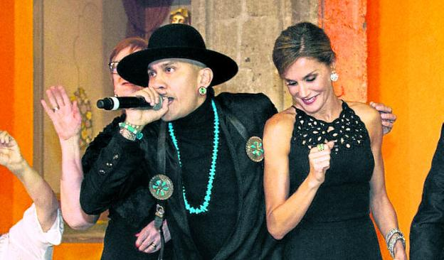 Taboo anima a la Reina a marcar el ritmo de 'Where is the love?'. /  R. C.