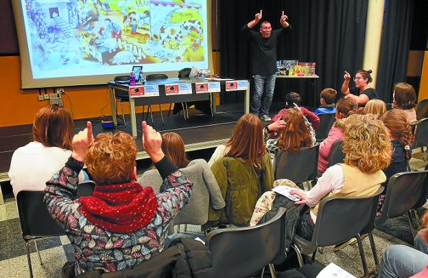 Gainditzen llevó a cabo una actividad con los niños, taller de juegos, cuentos en lengua de signos, concurso de dibujos... / FOTOS IÑIGO ROYO