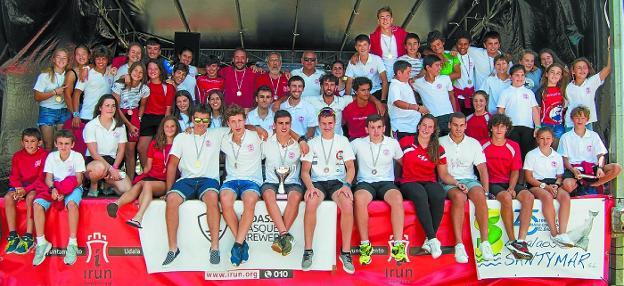 Integrantes de la Sociedad Deportiva Santiagotarrak que participaron en el Descenso del Bidasoa. /  ANATOL