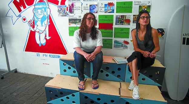 Mónica Martínez y Ane Calvo presentaron el programa. /  F. DE LA HERA