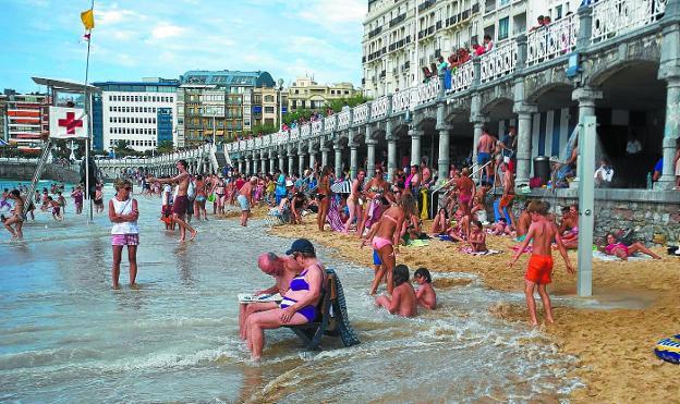 La Concha, sin casi arena donde tumbarse, en una fotografía tomada en temporada de mareas vivas./UNANUE
