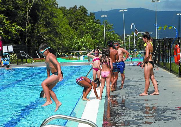 Niños y adultos, desde la apertura del nuevo espacio deportivo el 11 de julio, disfrutan de la actividad en torno al agua. /FOTOS: F. DE LA HERA