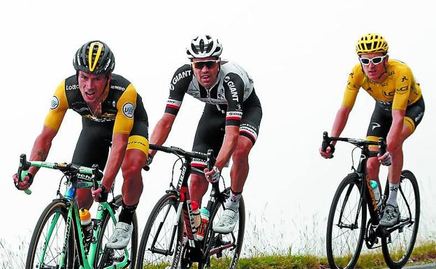 Roglic, Dumoulin y Thomas, en pleno descenso/Reuters