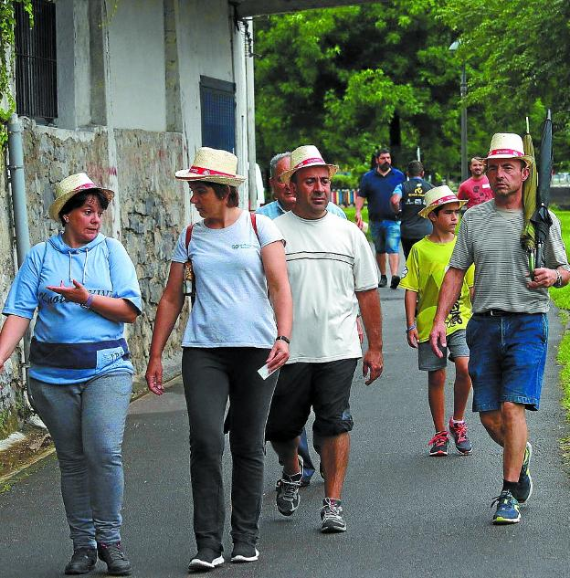Los sombreros de paja identificaban a los participantes del recorrido. / FLOREN PORTU
