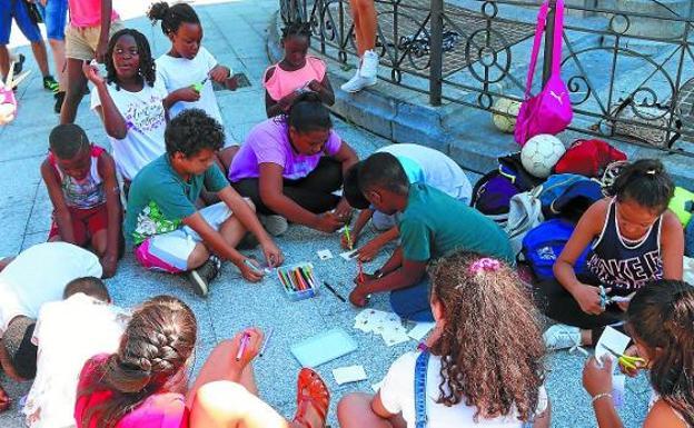 Los niños hicieron sus propias chapas coloreando distintos objetos que pueden ayudar a combatir el calor./FOTOS FLOREN PORTU
