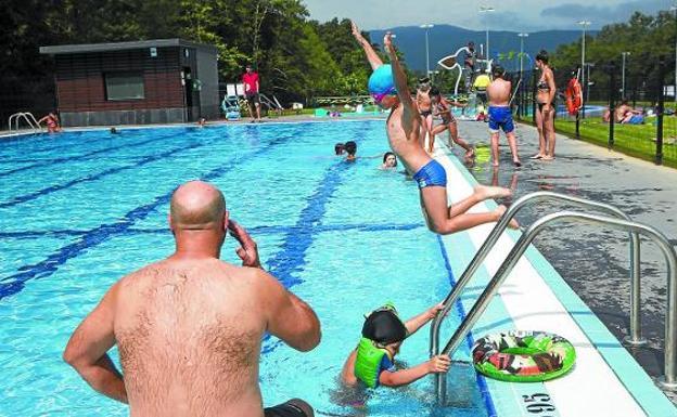 Al agua. Varios bañistas en la piscina grande de las nuevas instalaciones deportivas de San Marcial Txingudi. / F. DE LA HERA