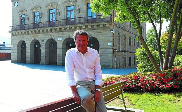El alcalde de Irun, José AntonioSantano, delante del Ayuntamiento, ubicado en la plaza San Juan. /Floren Portu
