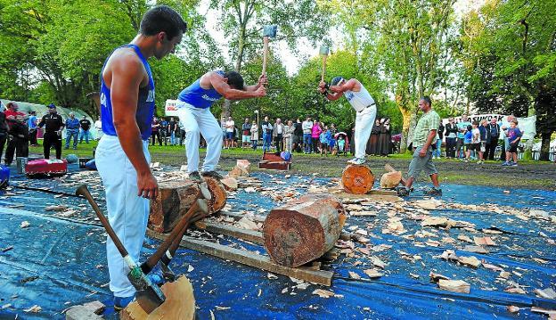 Alex Txikon y 'Bihurri' en acción durante la exhibición de deporte rural que se celebró ayer en la campa. /FÉLIX MORQUECHO.