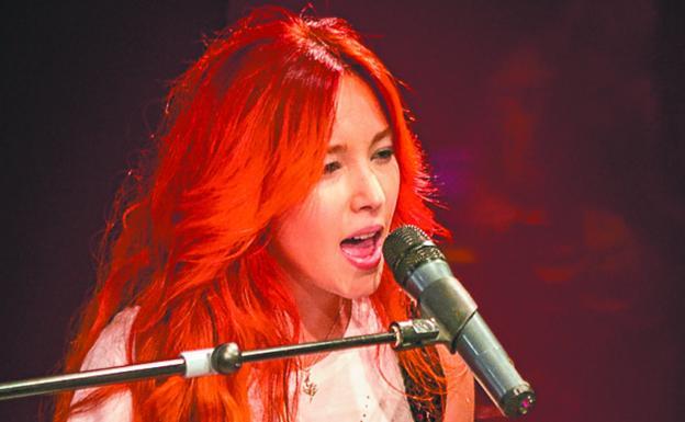 La cantante y compositora Lara Pinilla, en una actuación./