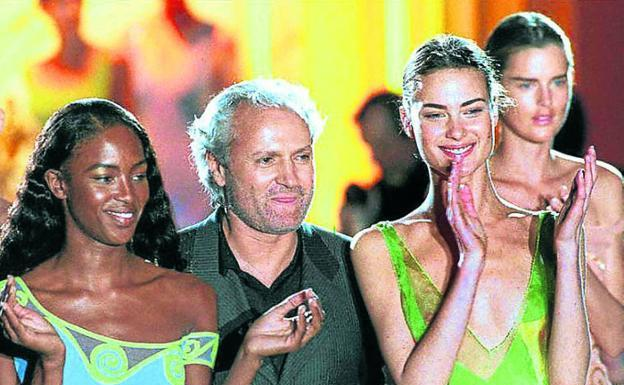 Gianni Versace, junto a Naomi Campbell y Shalom Harlow. / E. C.