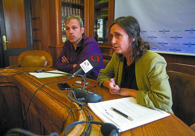 Sergio Corchón y Amaia Cilveti anunciaron ayer la renovación del convenio./F. DE LA HERA