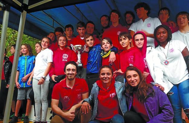 Santiagotarrak consiguió once medallas y fue segunda por equipos en el slalom del Bidasoa./