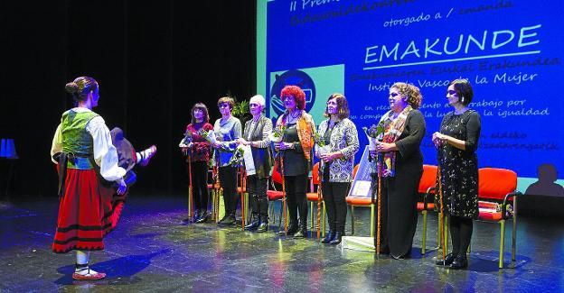 La dantzari Intza Intxausti baila un aurresku a las representantes de Emakunde homenajeadas durante el acto. /  FOTOS: FERNANDO DE LA HERA