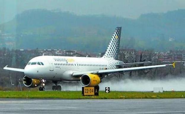Un Airbus 319 de Vueling aterriza en la pista de Hondarribia. /JUAN MIGUEL ANATOL