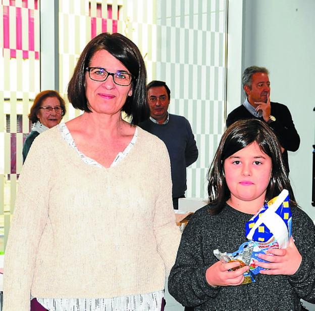 Leire Gimón y Nayhelli Díaz recibieron sus premios en el Espacio Palmera Montero. /