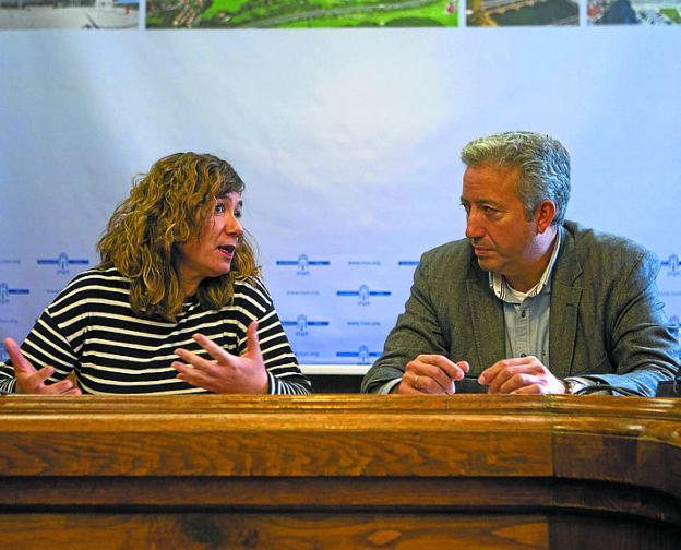 Trabajo coordinado. Cristina Laborda y Pedro Alegre, delegados de Obras y Barrios respectivamente. / F. DE LA HERA