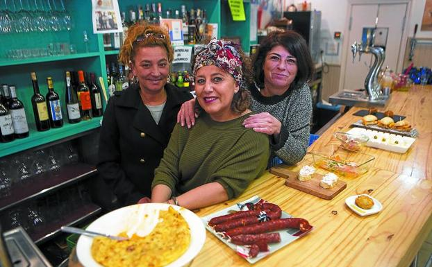 Sonia y Silvia, junto a su compañera Rosa Fernández, acaban de cumplir dos años al frente del San Juan Harri. /F. DE LA HERA