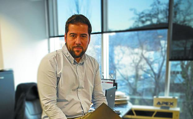 Tecnología sensórica. Iván Piquer, CEO de Atelei Engineering, en la oficina de la empresa, en el polígono Arretxe-Ugalde. / F. DE LA HERA