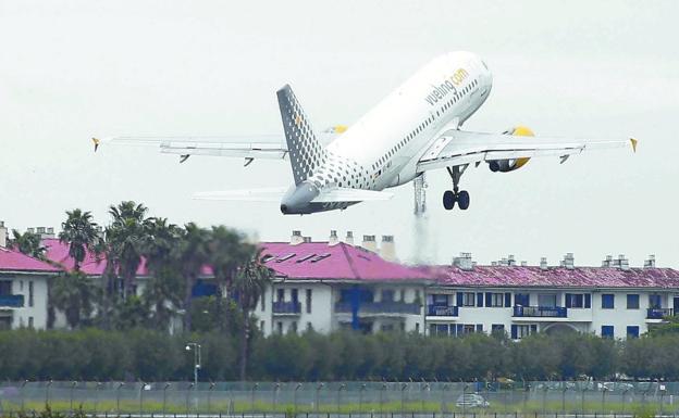 Un avión despega de la pista del aeropuerto de Hondarribia. / LUSA