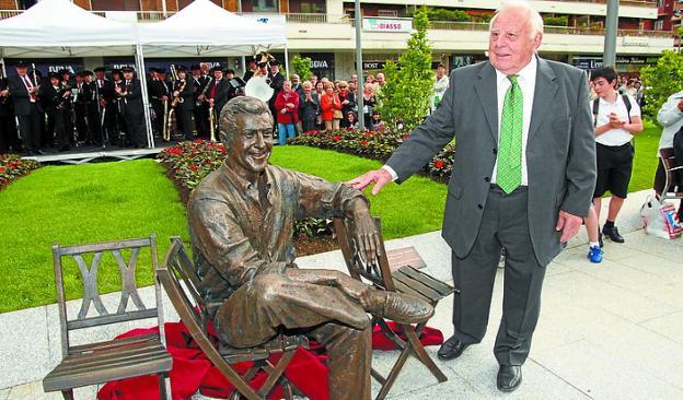 Juntos. Patchi Lacan, inaugurando la estatua de Luis Mariano. /  DE LA HERA