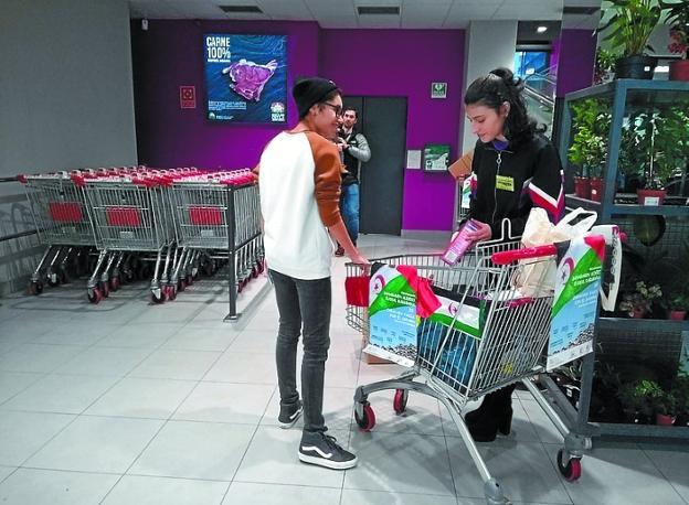 Voluntarias recogiendo alimentos ayer por la tarde. /  F. DE LA HERA