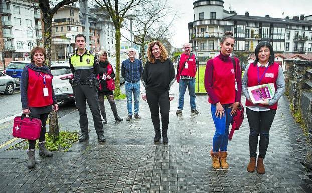 A pie de calle. Los nuevos agentes cívicos junto a agentes municipales y la delegada del área./F. DE LA HERA