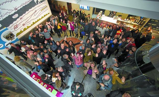 Participantes. Artistas, familiares y amigos rodean la instalación que puede verse en el hall del Museo Oiasso. / FOTOS F. DE LA HERA