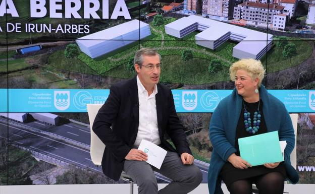 Markel Olano, diputado general de Gipuzkoa y Maite Peña, diputada de Políticas Sociales, en la presentación de la residencia de Arbes./DV