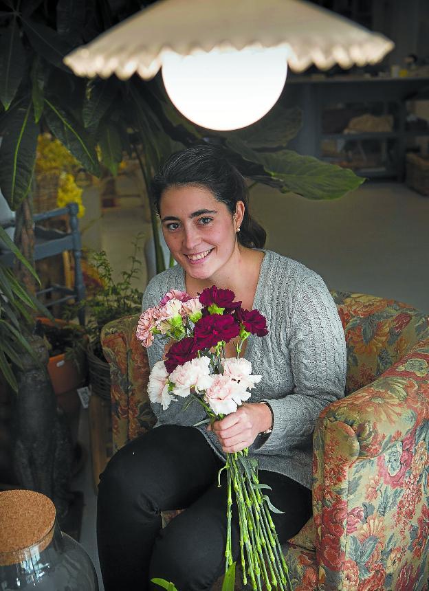 Julia Tellechea en su nuevo taller floral trabajando para un encargo. /F. DE LA HERA
