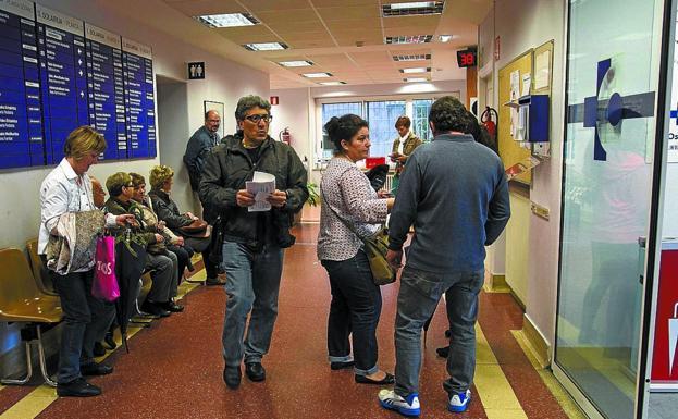 Salud. Varias personas esperan en el interior del ambulatorio Irun Centro./F. DE LA HERA