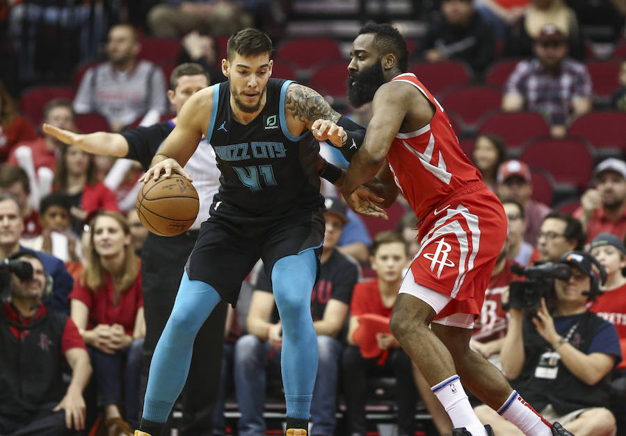 Willy Hernangomez y James Harden.